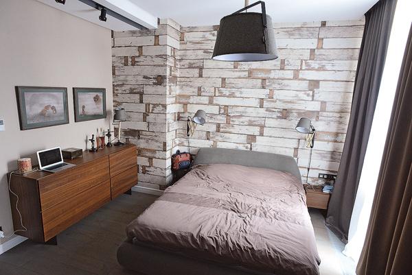 В спальне музыканта необычные обои и минимум мебели