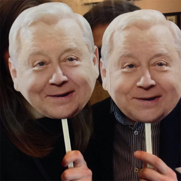 Гости праздника прикрывали свои лица масками с изображением Олега Табакова.