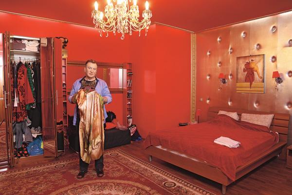 Для вещей Владлены певец освободил половину шкафа в спальне