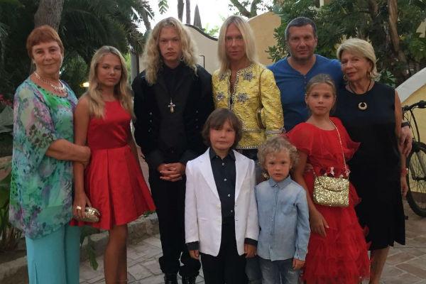 Владимир Соловьев ( слева направо) с тещей Любовью Борисовной, дочерью Софией, сыном Даниилом, женой Эльгой, мамой Инной Соломоновной и дочкой Эммой, рядом с ней братья Иван и Владимир
