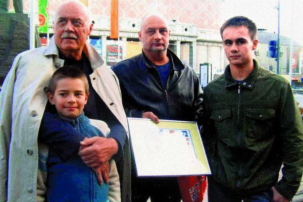 Говорухины в сборе: Станислав Сергеевич с сыном Сергеем, внуком Василием и старшим внуком Станиславом, сентябрь 2008 года