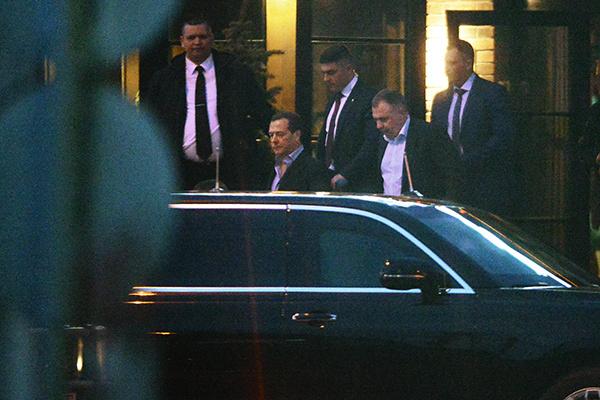 Дмитрий Медведев оставил супругу на празднике, а сам удалился по государственным делам