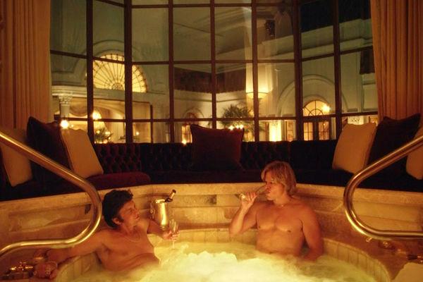 "Майкл Дуглас и Мэтт Деймон. Кадр из фильма ""За канделябрами"""