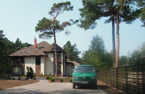 В Латвии Светлаков живет в поселке Меллужи...
