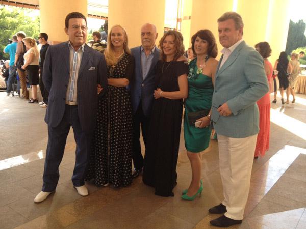 Иосиф Кобзон, Лев Лещенко и Станислав Говорухин с верными супругами