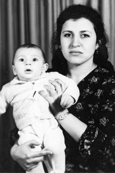 Мама Жасмин со старшим сыном Анатолием, 1975 год