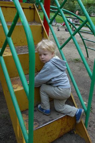Сквер у Донского монастыря. Ступени доходят ребенку до колен – не дай бог, он упадет оттуда, тяжелых черепно-мозговых травм не миновать! Самое безобидное, что может произойти, – ушиб коленей