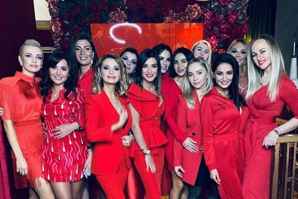 Ксения устроила вечеринку в красных тонах