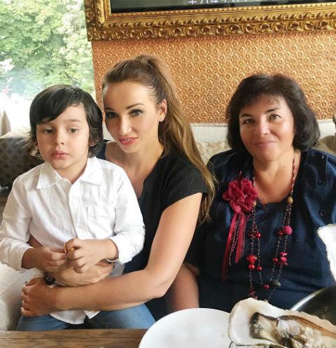 Анфиса Чехова с мамой и сыном