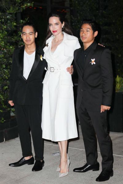 Анджелина Джоли с сыновьями Мэддоксом и Паксом