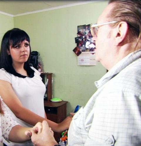 Анатолий Леденев с жителями квартиры, в которой постоянно хлопают двери