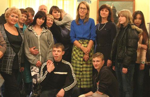 Ксения Собчак и Людмила Нарусова с воспитанниками детского дома