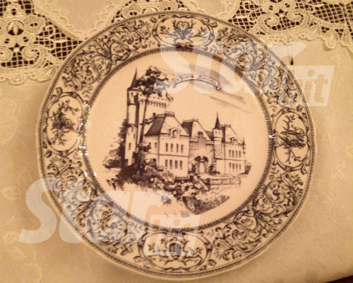 Эту тарелку делали на Мейсенском заводе, которому уже 300 лет