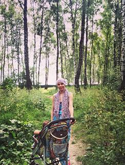 Светлана Устиненко на прогулке с сыном Алианы Робертом