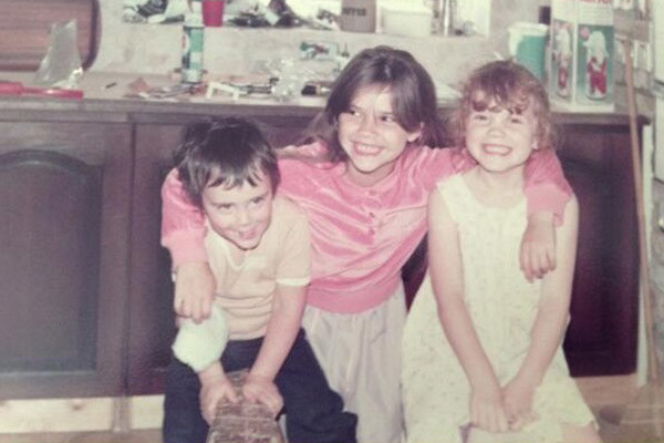 Виктория (в центре) с братом и сестрой