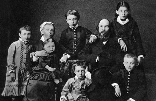 Дмитрий (сидит в центре)  был младшим из трех  сыновей в семье Ильи  Николаевича Ульянова
