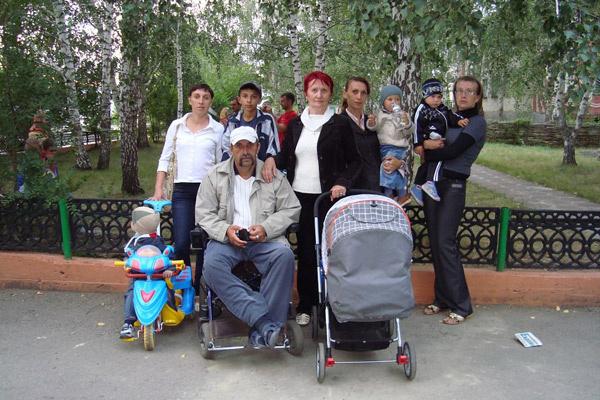 Семье одноклассницы Аллы Сабатаевой Михаил Сергеевич дал денег на покупку трехкомнатной квартиры. Алла с мужем Александром в центре
