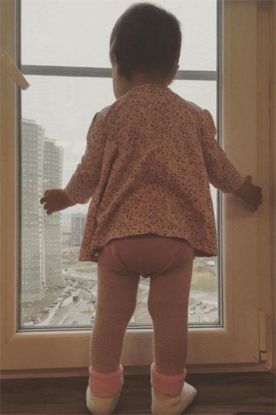 Маленькая Ева уже любуется видами зимней Москвы