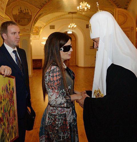 Диана Гурцкая подарила Патриарху Кириллу картину с изображением цвето