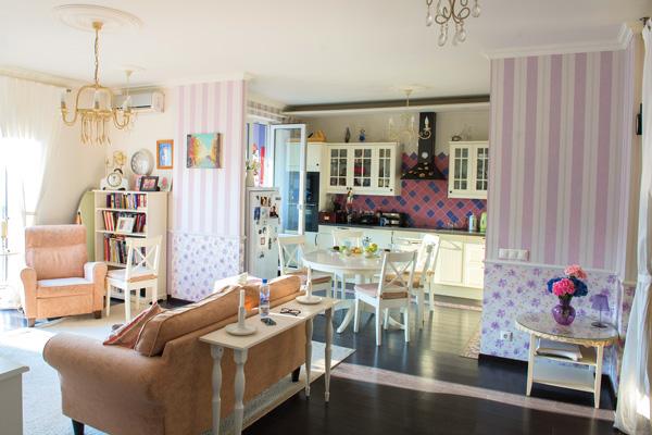 Интерьер квартиры телеведущей оформлен в деревенском стиле со множеством ярких деталей