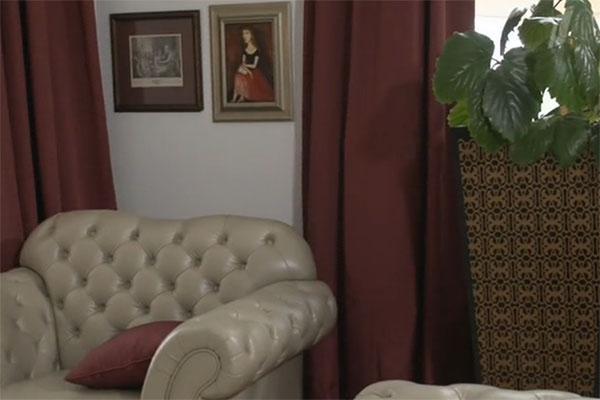 Бордовые шторы напоминают театральный занавес