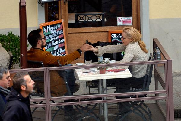 В ходе прогулки пара заглянула в кафе