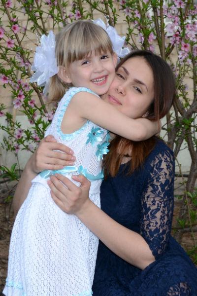 Маленькой Ане не рассказывают ту страшную историю. На фото сестры - Анастасия и Аня