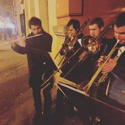 Данила Козловский аккомпанирует уличным музыкантам