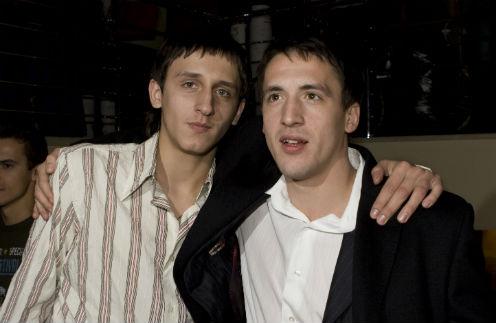 Артур Смольянинов присылает младшему брату Емельяну (слева) книги