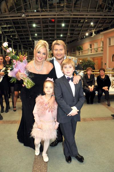 Николай Басков с Марией Максаковой и ее детьми