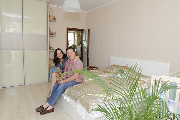 В спальне Андрея и Анастасии ремонт уже завершен. Осталось купить люстру и прикроватные тумбочки