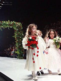 Дочь Юлии Барановской Яна, дочка Виталия Гогунского Милана и дочка Ксении Бородиной Маруся шли по подиуму под несмолкаемые аплодисменты