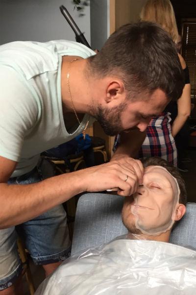 Гримеры работают над созданием образов для клипа «Обезьяны»