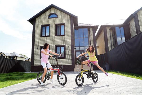 По деревне мама и дочь передвигаются на велосипедах, однажды доехали до замка Галкина и Пугачевой