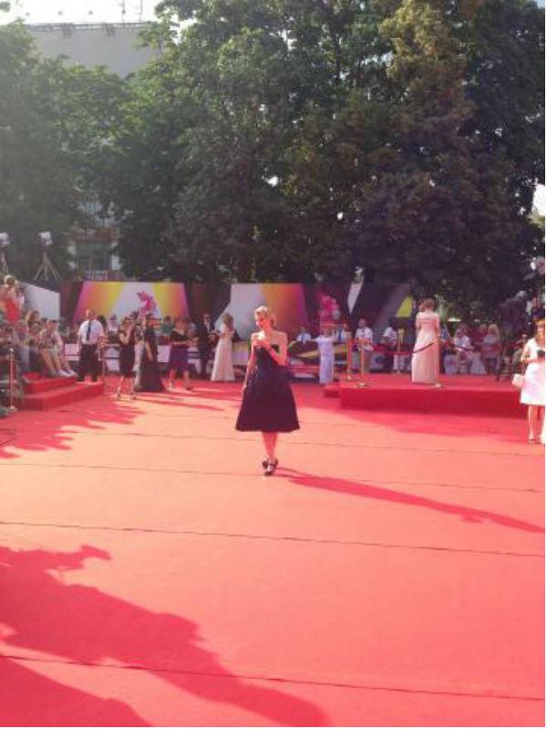Рената Литвинова, несмотря на жару, в черном