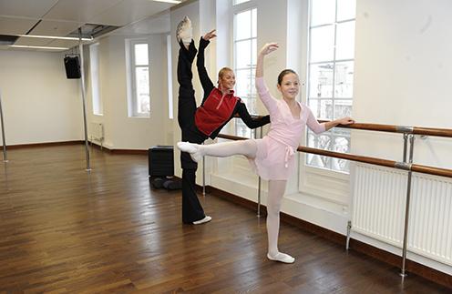 Анастасия и Даша занимались почти час: сначала разминка на гимнастических ковриках, потом работа у «станка»