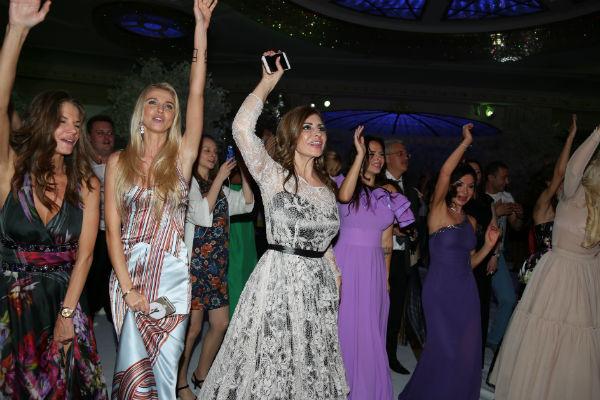 Гости торжества не устают танцевать и веселиться под хиты любимых артистов