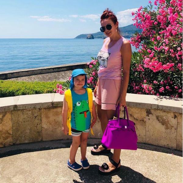 Эвелина Бледанс оберегает сына от негатива