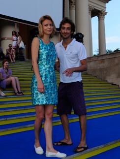 Артем Ткаченко с женой у Зимнего театра