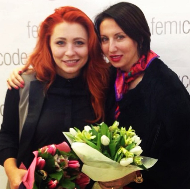 Анастасия Спиридонова и Алика Смехова уже получили свои букеты к празднику