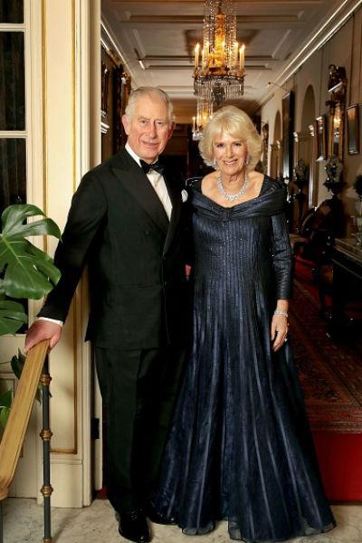 На вечеринке, устроенной в честь принца Чарльза, гостей встречала его супруга