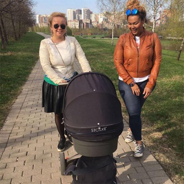 Корнелия Манго на прогулке с подругой и ее дочкой совмещает приятное с полезным
