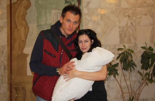Артем с женой Екатериной и новорожденным сыном