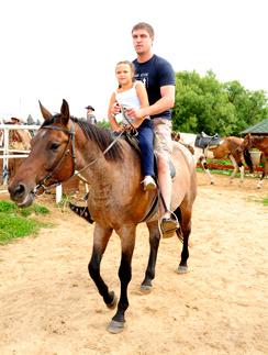 Дмитрий хорошо управляется с лошадьми. Этим летом на съемках для «СтарХита» он лихо катал свою дочь Таню