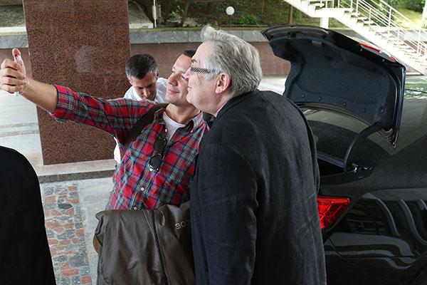 Александр Олешко и Юрий Стоянов тут же сделали селфи на память