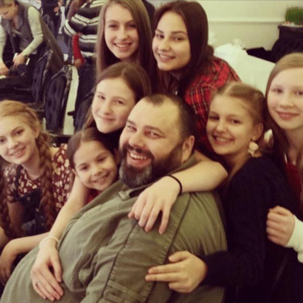 Максим Фадеев с участниками детского «Голоса»