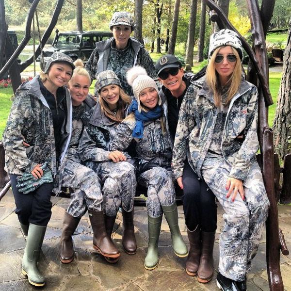 Все девушки были в модных костюмах в стиле милитари