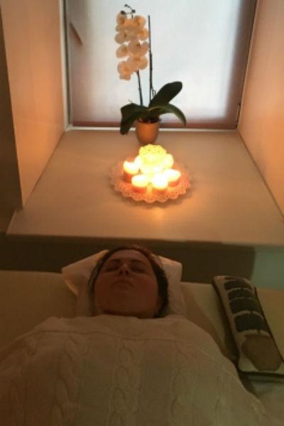 Кузьмина расслабляется во время процедуры