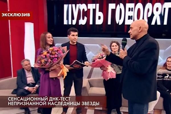 Дарья принимает поздравления от гостей передачи