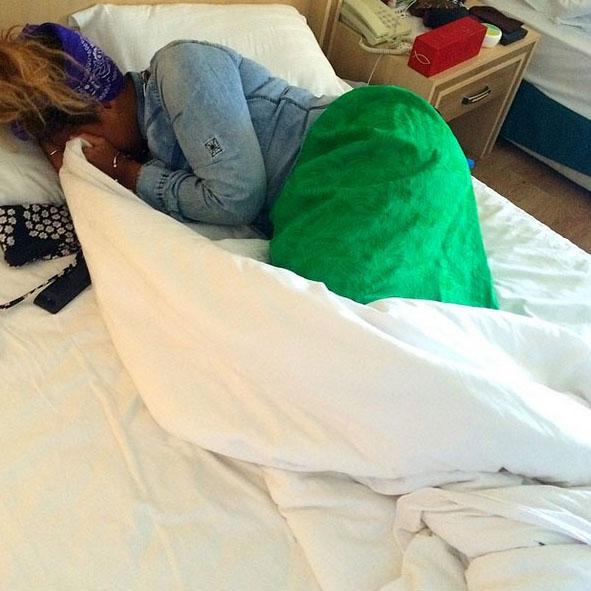 Корнелия хотела погреться на солнышке, но приходится кутаться под одеялом